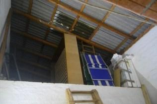 Werkstatt-Dach von innen: mit Strohballen zu dämmen
