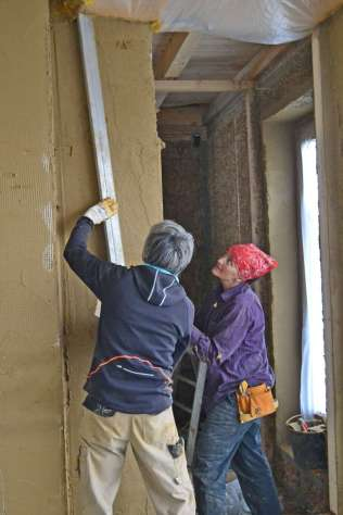 strawbalehouse-summerau-clayplaster-88