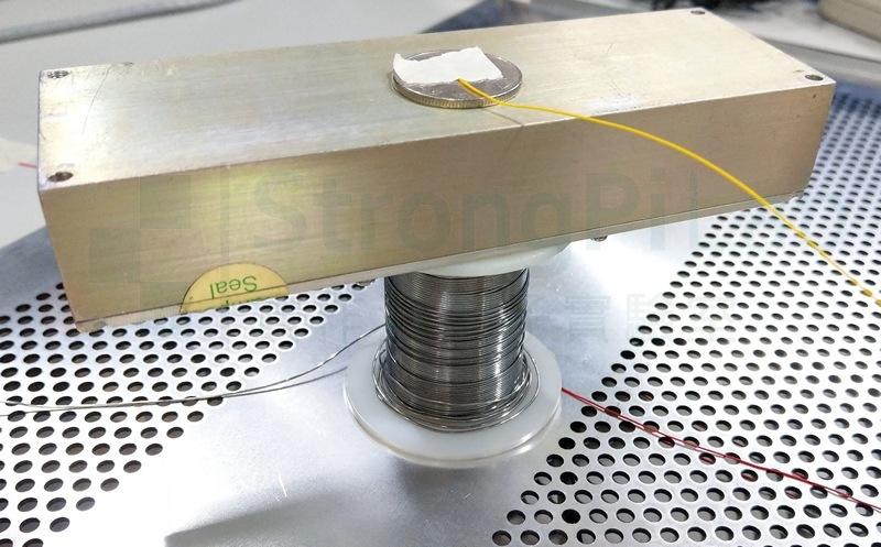 把金屬塊墊高,觀察 等效電容 的變化