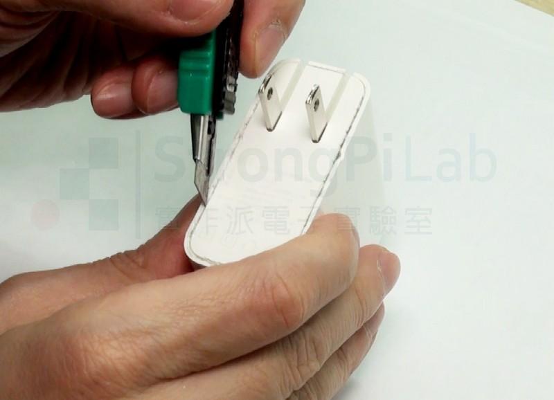 用刀片切開 USB充電器