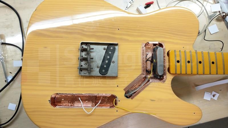 貼完銅箔與鐵片的 電吉他