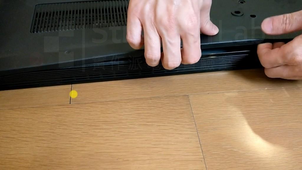 拆 液晶電視 背蓋要花點力氣扳卡榫