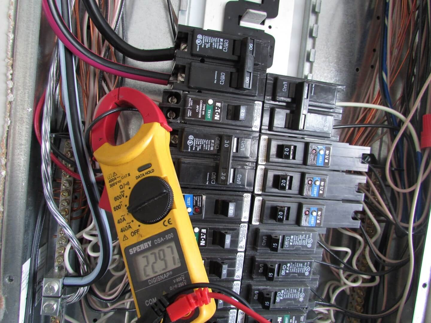 hight resolution of clamp meter on overloaded circuit breaker