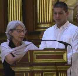 María de los Ángeles Vázquez agradece al pueblo de Puerto Rico su amor por su fenecido compañero. A su lado, el hijo de ambos, Rafael Cancel Vázquez.