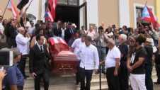 El hijo de Don Rafa, Rafael Cancel Vázquez, (derecha al frente con guayabera blanca) ayuda a llevar el féretro de su padre.