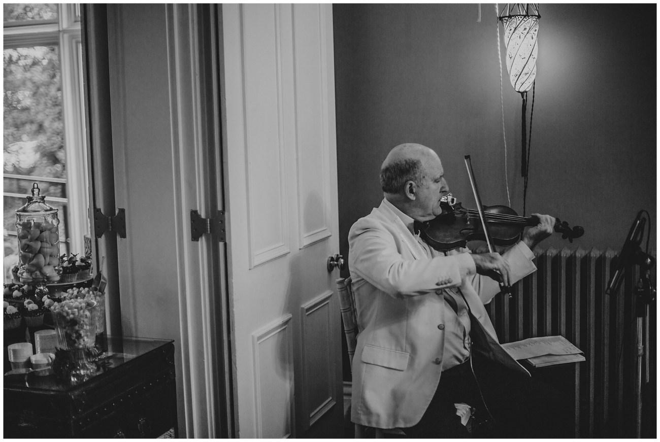 wedding violinist playing