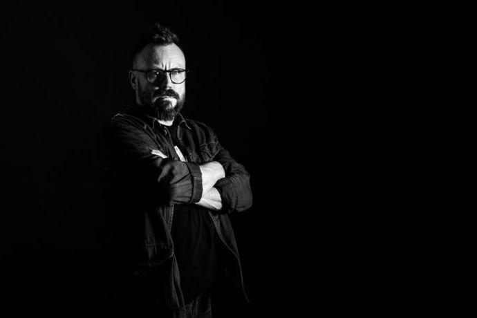 Riku Rantala käy uudessa Storytel Original -sarjassa läpi Suomen rikoshistorian kuuluisimpia tapauksia. Kuva: Jarno Jussila