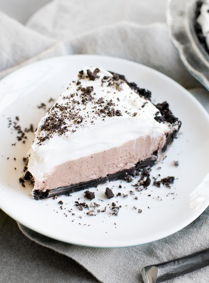 No Bake Oreo Pudding Pie - this recipe is seriously to die for! You can't stop eating this pie!