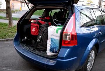 Video: Kako očka razpakira avto?