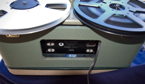 Blick auf die Rückseite mit NDR Inventaraufkleber