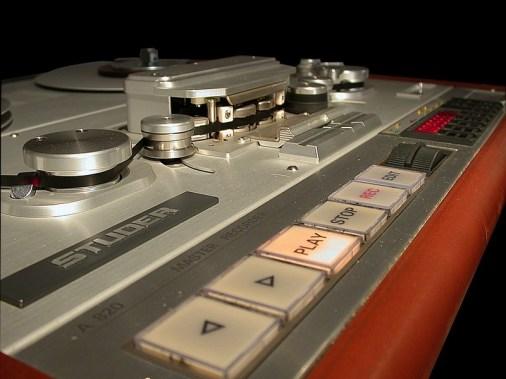 Diese Art großflächiger Tasten kamen bei den Modellen STUDER A80, A816 und eben A820 zum Einsatz.