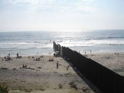 Plage de Tijuana sur l'Océan Pacifique. À gauche : le Mexique, à droite : les États-Unis.