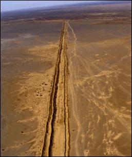 Le Mur de Sable est largement surveillé par l'armée marocaine mais il est aussi entouré de champs de mines qui ont déjà fait de très nombreuses victimes.
