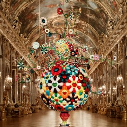 Takashi Murakami - Flower Matango, 2001-2006 Fibre de verre, fer, peinture à l'huile et acrylique Galerie des Glaces, Château de Versailles, 2010