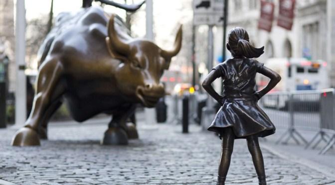 Fearless Girl, Kristen Visbal pour la State Street Global Advisors, Sculpture en bronze, 121, 92 cm de haut, 2017, Bowling Green, Broadway & Morris St, New York, NY 10004, États-Unis.