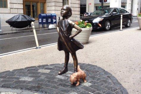 La Fearless Girl désormais affublée de son Pissing Pug.