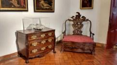 Le style manuélin se caractérise par la présence de motifs décoratifs inspirés de la mer et des découvertes maritimes. On le voit sur ce fauteuil mais aussi sur la présentation du coquillage à côté de lui.