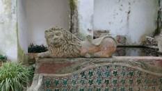 Dans le jardin, on trouve ce très ancien bassin orné d'un lien souriant. On retrouve aussi les azulejos à feuilles de vigne.