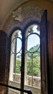 Les fenêtres donnent sur la faune impressionnante qui entoure le palais.