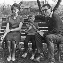 Sa femme est morte en 1998. Un an plus tard, son fils, animateur de radio, s'est suicidé.