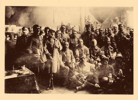 Des soldats venus fêter Noël au studio d'Anna Coleman Ladd en 1918. Certains portent encore des bandages, d'autres portent leur nouveau visage.
