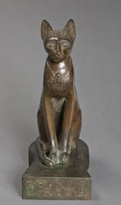 La déesse chatte Bastet, règne de Psammétique Ier (664 - 610 avant J.-C.), 26e dynastie, bronze, verre bleu, 27,60 x 20 cm, Louvre, Paris.