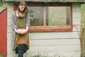 Frau, Garten, Hühner, Eier, Selbstversorgung, Permakultur