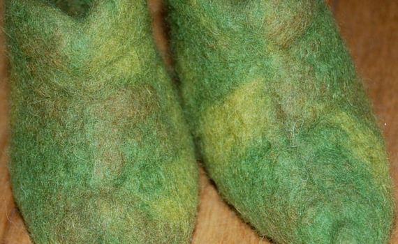 groen gevilte elfenslofjes door studio paars closeup