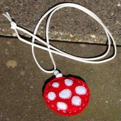 paddenstoel ketting rood met witte stippen fiber hanger sieraad wol vilt borduren natuurlijk kopen Studio Paars pendant necklace felt embroidery wool natural mushroom toadstool red white
