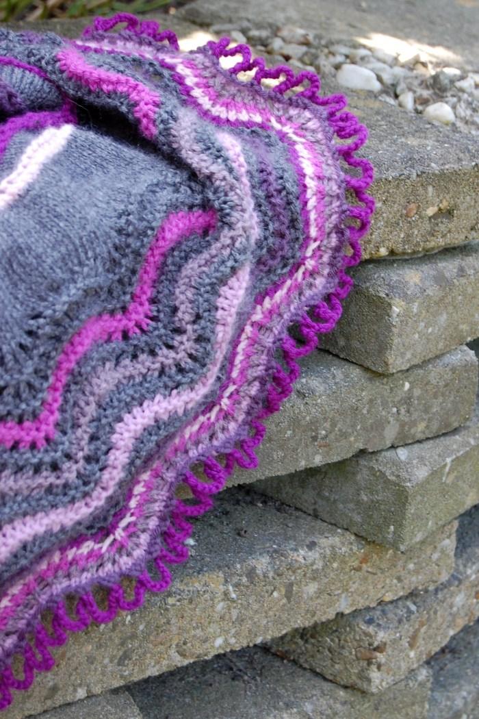 closeup audrey shawl in paars en grijs door studio paars