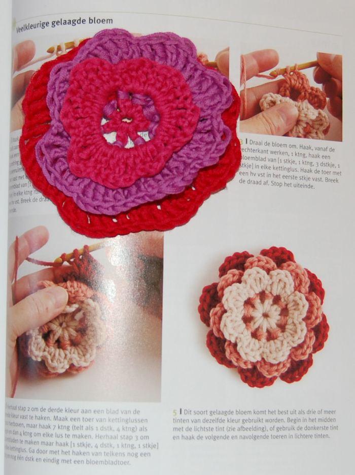 gehaakte bloem op boek over haken door studio paars