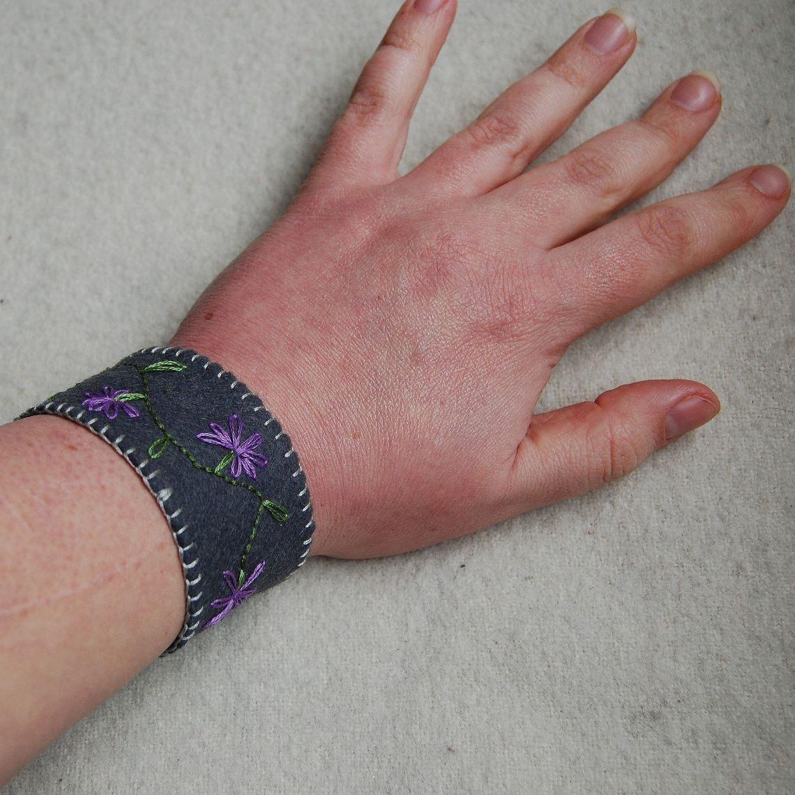 het prototype van de geborduurde armbanden van vilt zoals hij gedragen wordt door studio paars