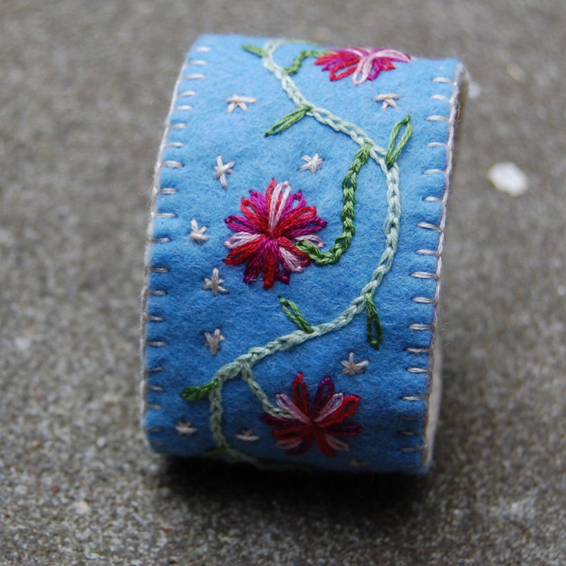 blauwe vilten armband door studio paars