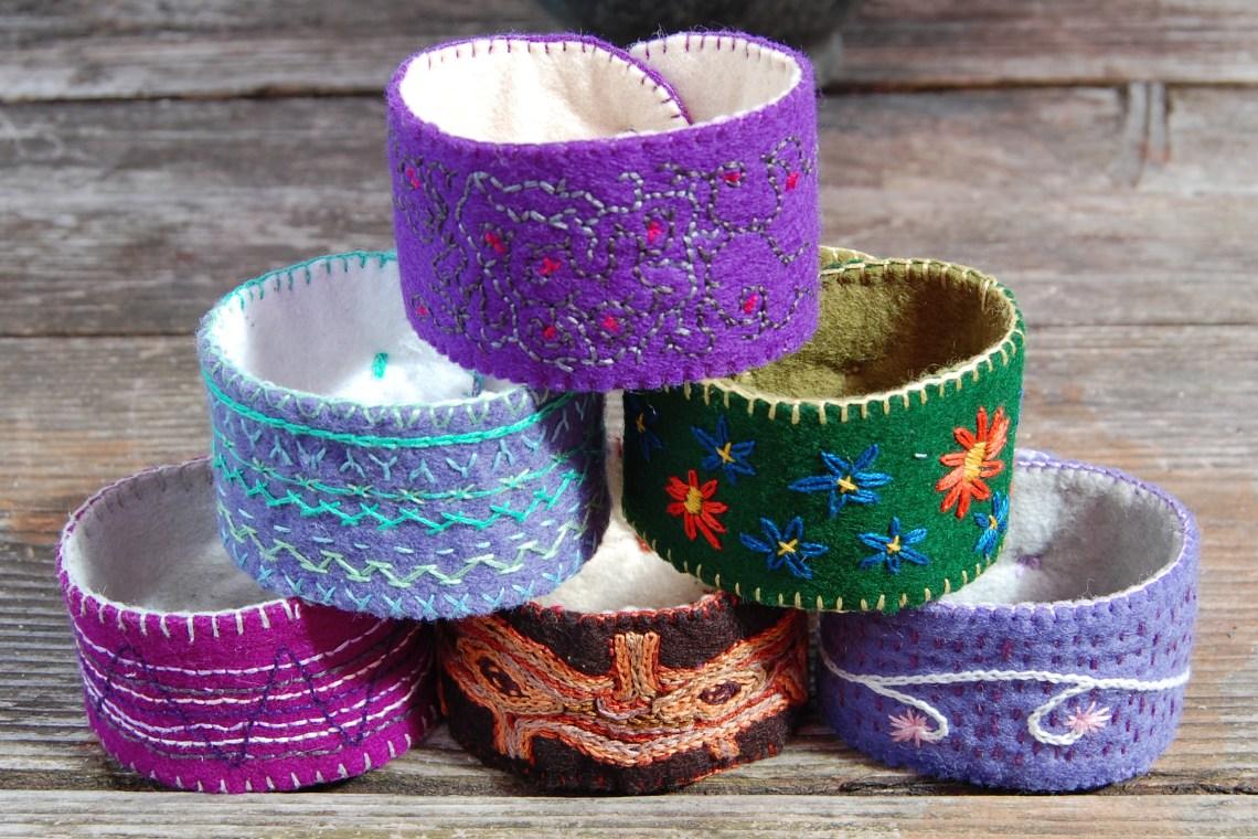 stapel geborduurde armbanden door studio paars
