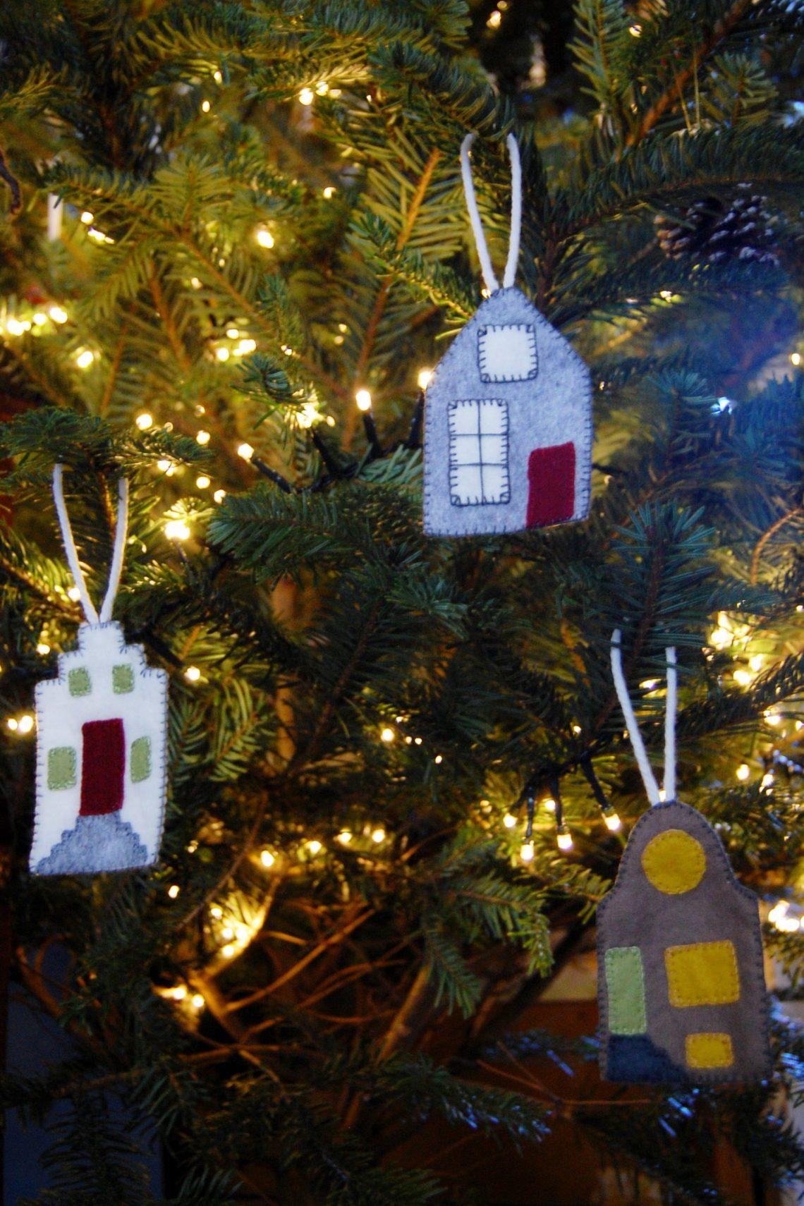 hollandse huisjes in de kerstboom naar het gratis vilt patroon van studio paars