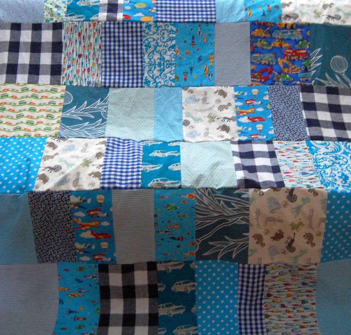 het begin van de lapjesdeken: stroken aan elkaar naaien door studio paars