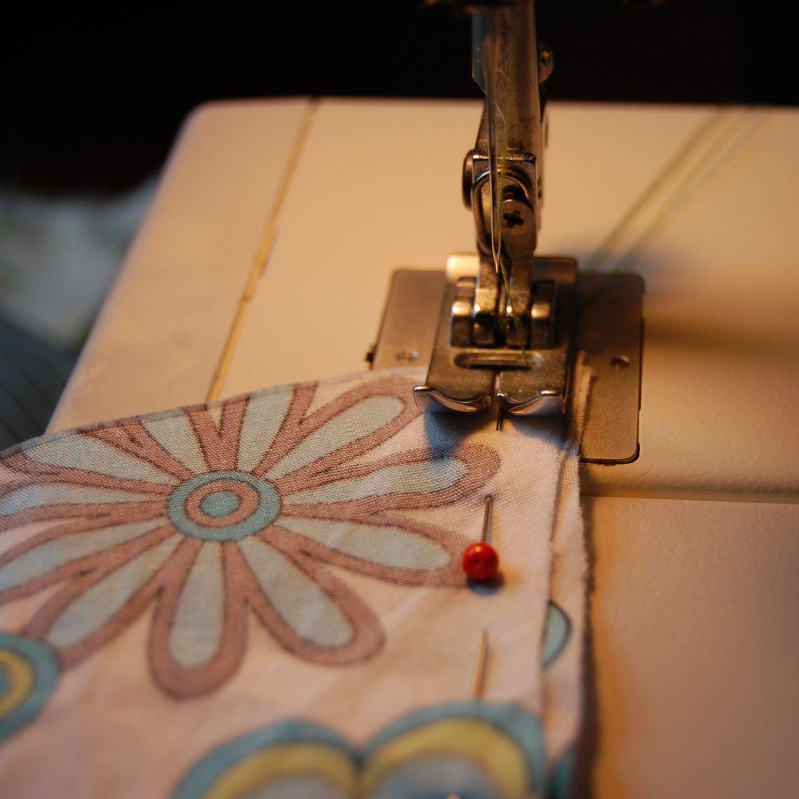 de zijkanten van de vlaggenslinger naaien met een stiksteek door studio paars