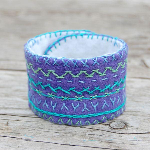 armband geborduurd vilt aqua lime door studio paars