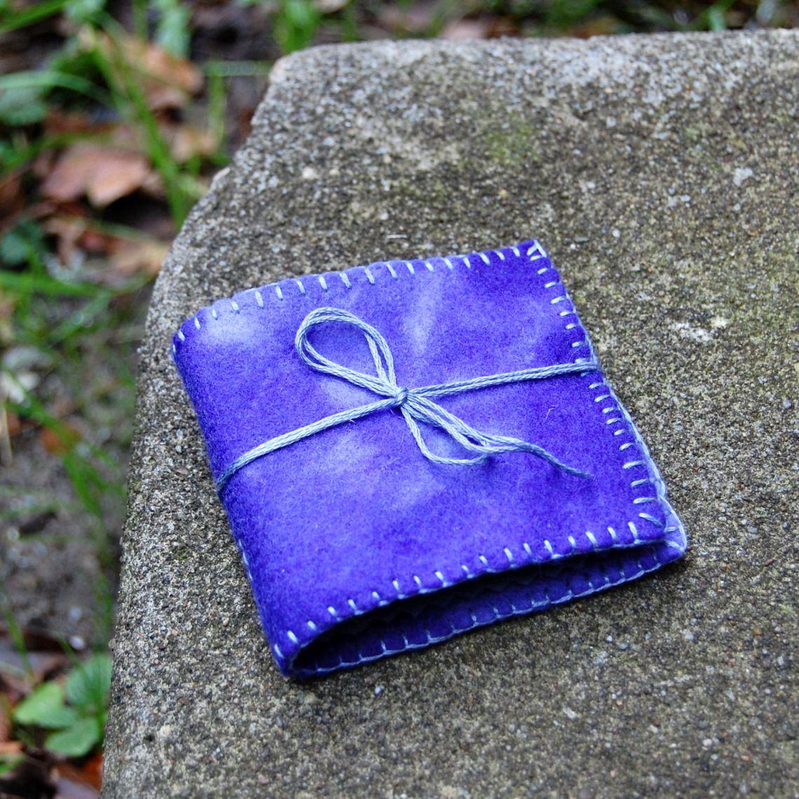 naaldenboekje van paars blauw vilt door studio paars