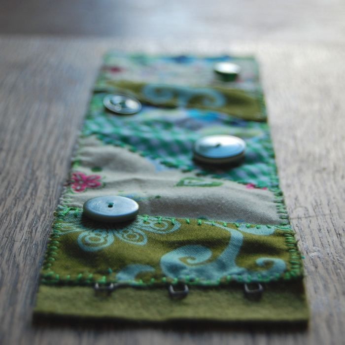 geborduurde cuff van restjes stof door studio paars