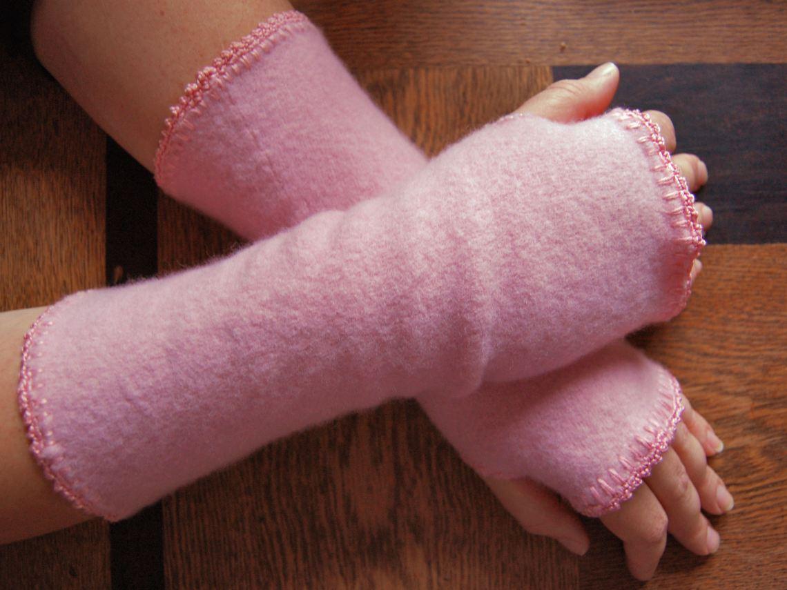 pluizige roze polswarmers van een oude wollen trui door studio paars