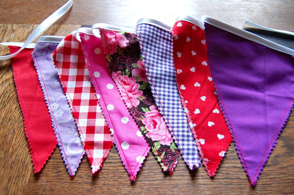 paarse vlaggenslinger door studio paars
