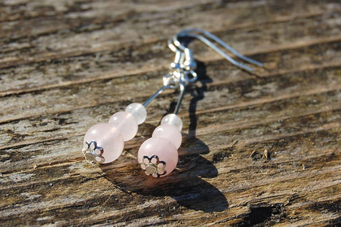 rozenkwarts oorbellen door studio paars