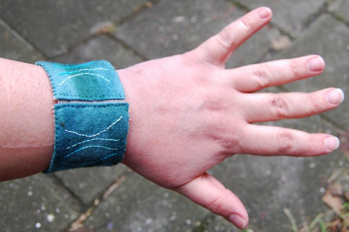 geborduurde vilten armband door studio paars