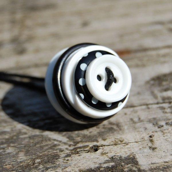 knopenketting #02 zwart-wit door studio paars
