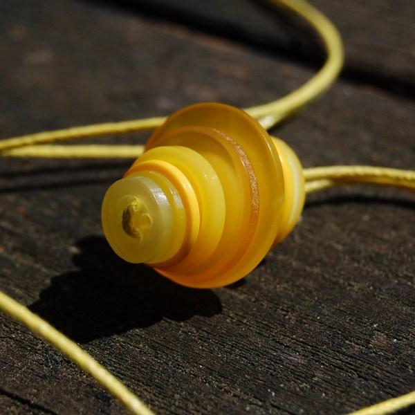 knopenketting #10 geel door studio paars