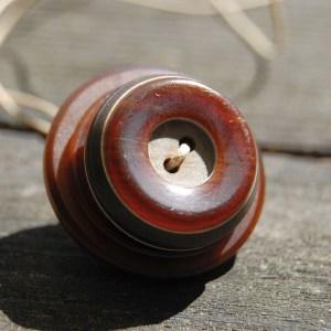 knopenketting #18 bruin door studio paars