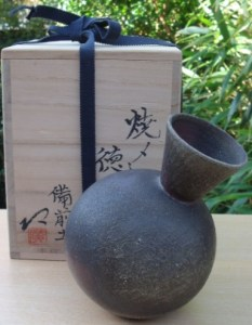 Hiroshi Ema wood-fired tokkuri (sake flask) with incised mark and signed wooden box. Height: 15.25 cm (6.0 inches). Price: £225