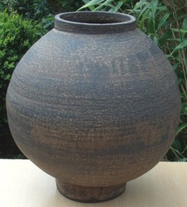 Young Ran Lee stoneware Moon Jar. height: 29.2 cm (11.5 inches). Maximum diameter: 25.9 cm (10.2 inches). Price: £580