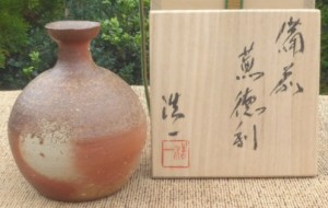 Koichiro Yoshida boxed Bizen tokkuri with incised signature and signed wooden box. Height: 11.4 cm (4.5 inches). Price: £90